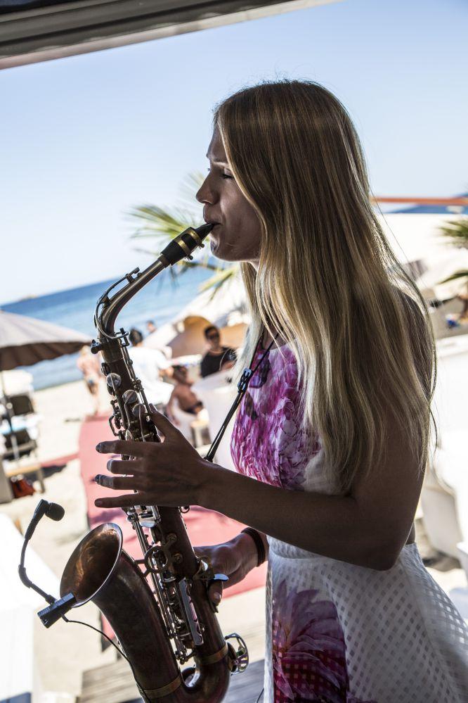 tocar el saxo